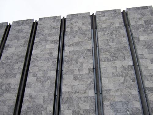 Nationalbankens lukkede nordfacade med de omtalte skydeskår