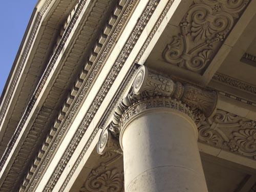 Nærbillede af detaljer under søjlebåren tempelfront på Christiansborg Slotskirke