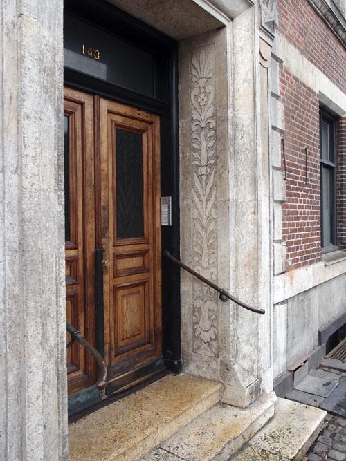 Indgangsparti med hugne dekorationer, Kunsterhjemmet i Gothersgade. Foto 2013 J. Würtzen